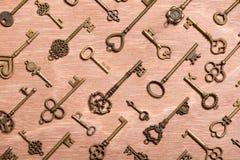 Fausse clé de vintage sur le fond en bois photographie stock