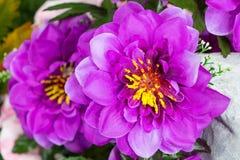Fausse fleur et fond floral Images libres de droits