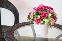 Fausse fleur et fond floral Images stock