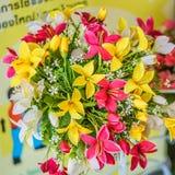 Fausse fleur et fond floral Photos stock