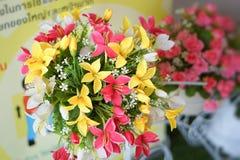 Fausse fleur et fond floral Photo stock
