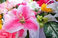 Fausse fleur et fond floral fleurs roses faites en tissu Le tissu fleurit le bouquet Images stock