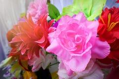 Fausse fleur et fond floral fleurs roses faites en tissu Le tissu fleurit le bouquet Image stock