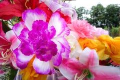 Fausse fleur et fond floral fleurs roses faites en tissu Le tissu fleurit le bouquet Photo libre de droits