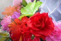 Fausse fleur et fond floral fleurs roses faites en tissu Le tissu fleurit le bouquet Images libres de droits