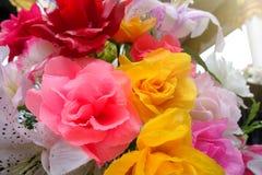 Fausse fleur et fond floral fleurs roses faites en tissu Le tissu fleurit le bouquet Photos libres de droits