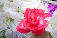 Fausse fleur et fond floral fleurs roses faites en tissu Le tissu fleurit le bouquet Photos stock