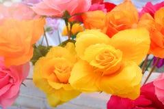 Fausse fleur et fond floral fleurs roses faites en tissu Le tissu fleurit le bouquet Photographie stock libre de droits