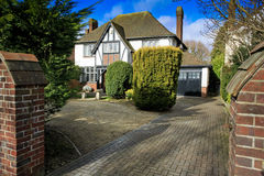 Fausse maison de Tudor avec le lecteur Image libre de droits