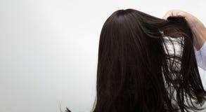 Fausse perruque artificielle de cheveux sur le mannequin de tête de rotin photographie stock