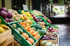 Fausse stalle de fruit au marché d'achats Images stock