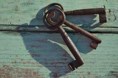 Fausses clés sur une vieille surface en bois Images stock