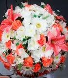 Fausses fleurs dans un pot Images libres de droits