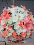 Fausses fleurs dans un pot Image libre de droits