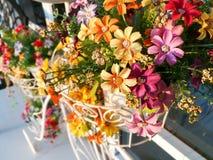 Fausses fleurs sur le panier de bicyclette Image stock