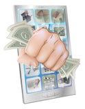 Faust, die aus Telefon mit Geld heraus zertrümmert Stockfoto