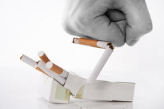 Faust, die Zigaretten zerquetscht Stockbild