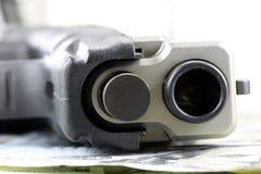 Faustfeuerwaffe mit amerikanischer Währung Stockfoto