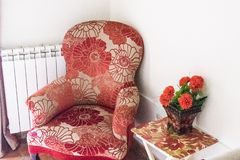 Fauteuil antique avec le modèle floral photographie stock libre de droits
