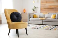 Fauteuil confortable avec le coussin mou dans l'intérieur moderne de chambre L'espace pour le texte photos libres de droits