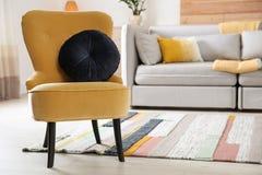 Fauteuil confortable avec le coussin mou dans l'intérieur moderne de chambre L'espace pour le texte images stock