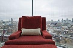 Fauteuil dans un hublot avec la vue panoramique de Londres Images libres de droits
