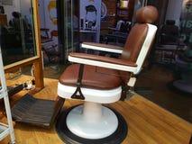 Fauteuil De Raseur-coiffeur, Salon De Coiffure Moderne ...