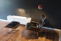 Fauteuil en cuir confortable noir dans version d'intérieur moderne la 2d Images libres de droits