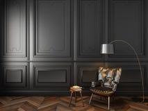 Fauteuil en cuir dans l'intérieur noir classique Photographie stock libre de droits