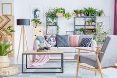 Fauteuil gris dans le salon photo stock