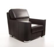Fauteuil noir en cuir d'isolement sur le dos de blanc Photo stock