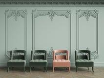 Fauteuil rose parmi le vert ceux dans l'intérieur classique de vintage avec l'espace de copie illustration de vecteur