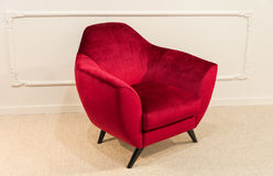 Fauteuil rouge contre un mur blanc Photo stock
