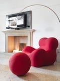 Fauteuil rouge moderne dans la salle de séjour Photographie stock libre de droits