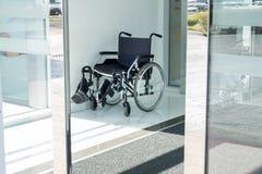 Fauteuil roulant à la porte de l'entance d'hôpital images libres de droits