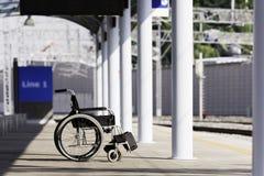 Fauteuil roulant à la station de train Photographie stock libre de droits