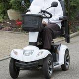 Fauteuil roulant électrique sur la rue photographie stock libre de droits