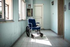 Fauteuil roulant dans l'hôpital Image libre de droits