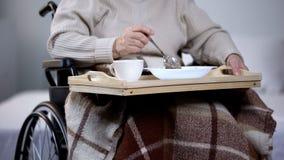 Fauteuil roulant de femme ag?e mangeant le d?ner dans la maison de repos, service hospitalier, nourriture photos libres de droits