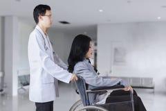 fauteuil roulant de poussée patient de docteur image stock