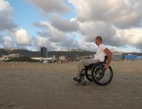fauteuil roulant de sable photo libre de droits