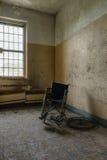 Fauteuil roulant de vintage à côté de fenêtre - hôpital/sanatorium abandonnés - New York Photo libre de droits