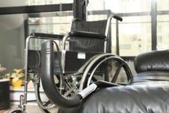 Fauteuil roulant et canne Photographie stock libre de droits