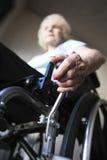 Fauteuil roulant fonctionnant de femme supérieure Image libre de droits