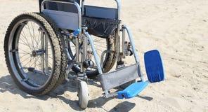 Fauteuil roulant sur la plage en été Photographie stock libre de droits