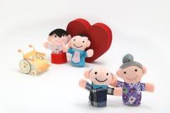 Fauteuil roulant, un grand coeur rouge, et deux-familles sur le fond blanc Photo libre de droits
