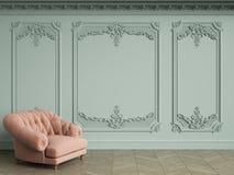 Fauteuil tufté rose dans l'intérieur classique de vintage avec l'espace de copie Photos stock