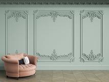 Fauteuil tufté rose dans l'intérieur classique de vintage avec l'espace de copie illustration libre de droits