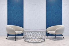 Fauteuils blancs dans une salle bleue et grise Photographie stock