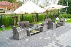fauteuils et table modernes réglés de rotin de meubles dans le jardin, extérieur photos stock